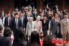 Crowds welcome Japanese Emperor, Empress at Temple of Literature