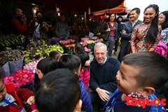 US Ambassador goes shopping for Tet at Quang An Flower Market