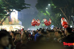 Hanoians celebrate Christmas Eve